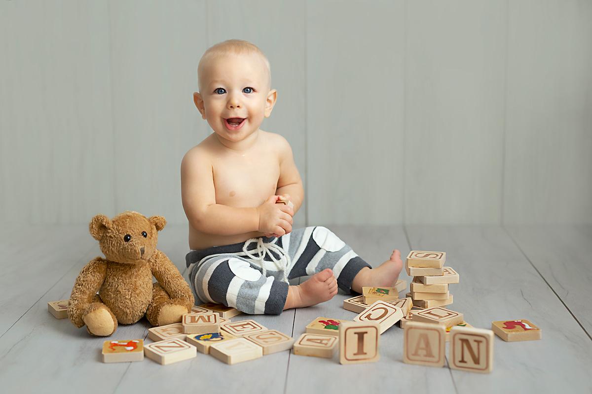 bebè sorridente gioca